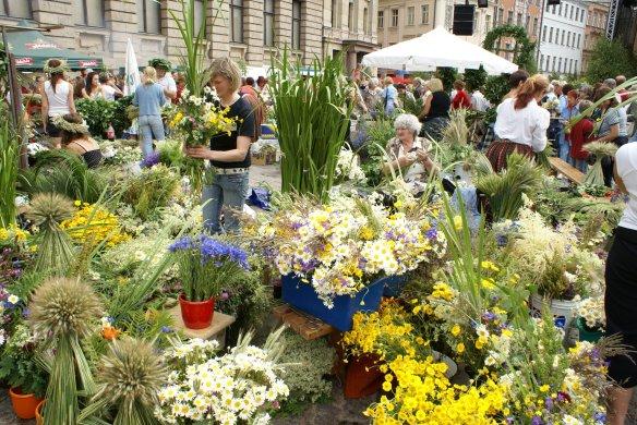 Marché aux fleurs pour le solstice d'été à Riga. Crédit photo Rigas mezi.