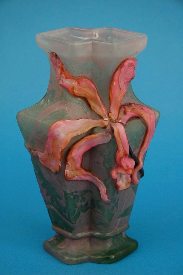 Vase Cattleya fait pour Charles Lebeau, 1900, Emile Gallé. Collection du musée de Boulogne-sur-mer, photo Philippe Beurtheret. Exposition Paris 1900 au Petit Palais.