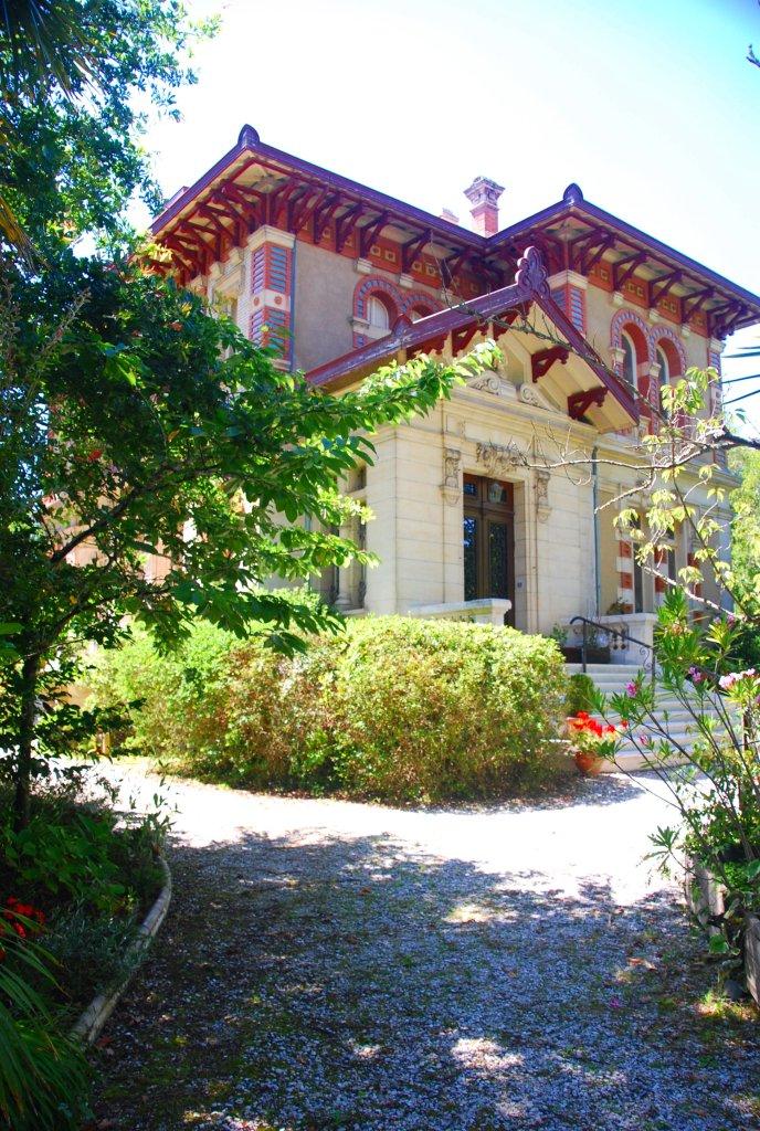 La Villa Alexandre Dumas, anciennement Villa Osiris, est parée de céramiques de couleurs.