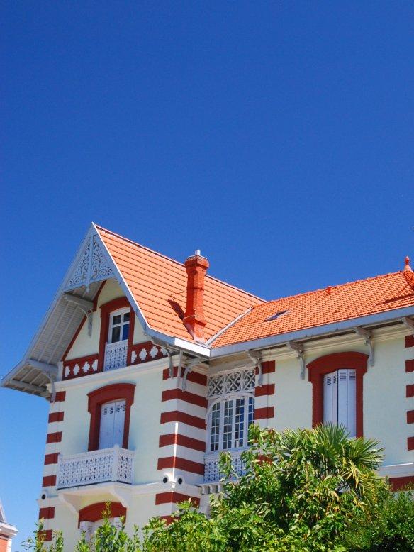 Angles et encadrements de fenêtres de la Villa Bayard sont soulignés de rouge.