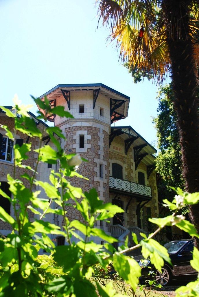 La villa Brémontier porte le nom de l'ingénieur qui proposa une méthode pour fixer les dunes du littoral grâce à des plantations.