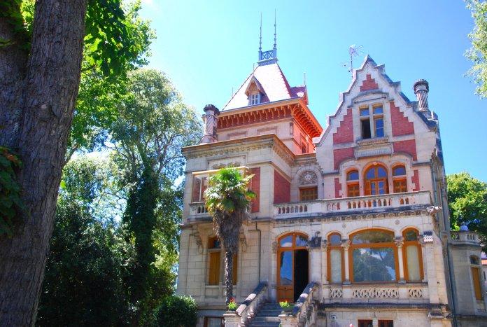 Mêlant plusieurs styles, la Villa Giroflée est multiplie vérandas, décrochements divers  et pignons ornés de belles cheminées.
