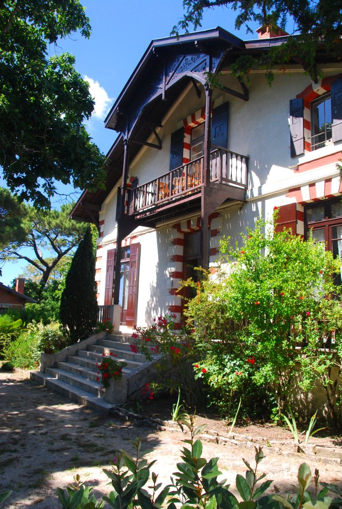 Un parc fourni protège la Villa la Vigie.