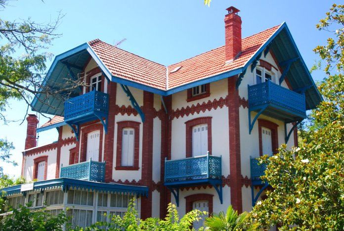La Villa L'Ensoleillée porte bien son nom et ses habitants peuvent profiter du soleil grâce aux nombreux balcons.
