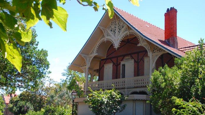Très belle ferme travaillée pour la Villa Toledo qui était autrefois un ancien gymnase.