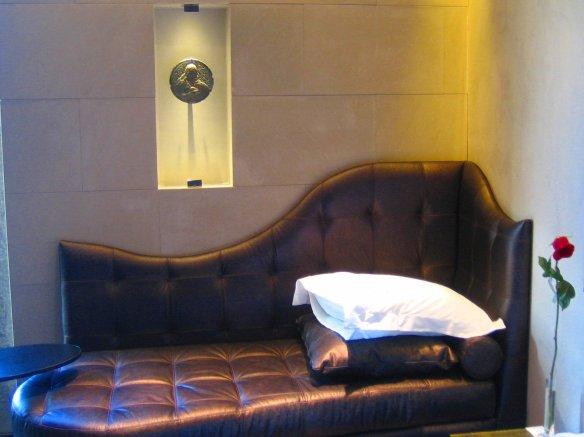 Chambre de l'hôtel Bagues avec un bijou Bagues dans la vitrine.