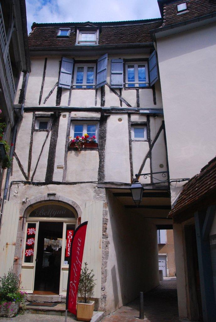 Passage sous une maison du vieux Salies-de-Béarn.