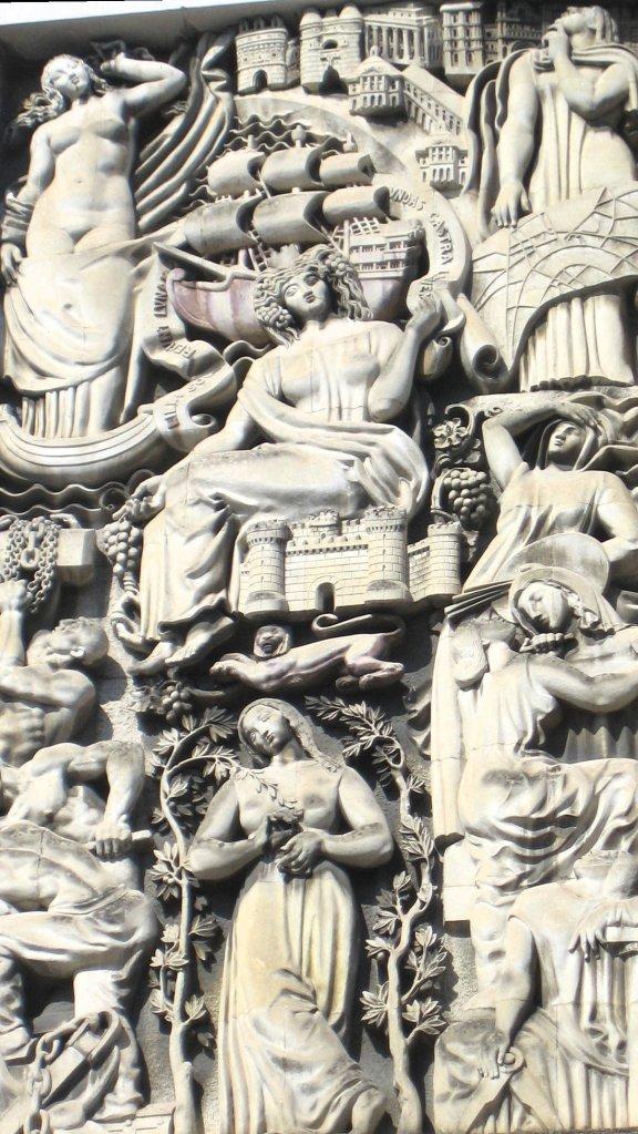 Panneau d'Alfred Janniot, sur la façade de la Bourse du Travail.