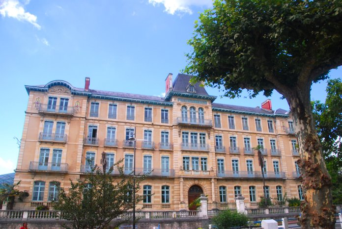 Le Grand hôtel du Parc de Salies-de-Béarn.