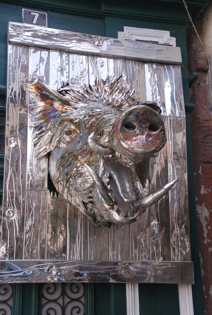 Sanglier décorant  façade de l'atelier de Marc Bénard, artiste spécialisé dans les sculptures en aluminium.