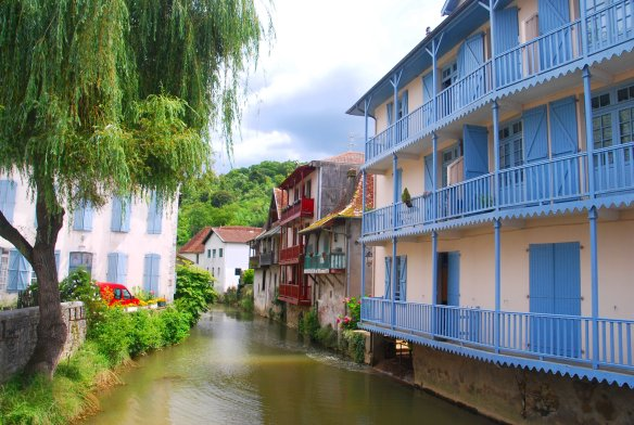 Sur tout son parcours au sein de Salies-de-Béarn, le Saleys est bordé de maisons ancrées dans son lit.