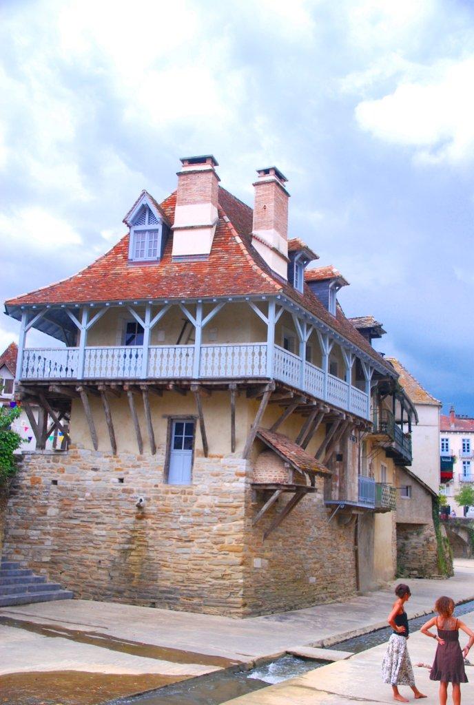 Maison à galerie sur le Saleys (Salies-de-Béarn).