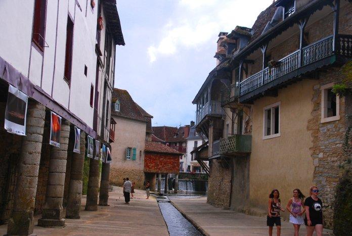 Maison sur piles en pierre implantée dans le lit du Saleys (Salies-de-Béarn).
