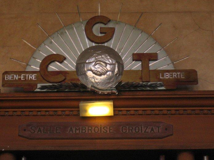 Fronton au-dessus de la porte d'entrée de la salle Ambroise Croizat de la Bourse du Travail de Bordeaux.