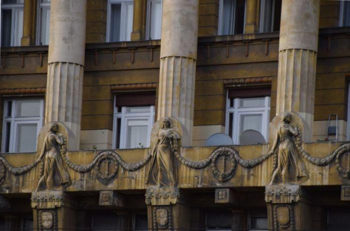 guirlande femmes Budapest Hongrie Hungary