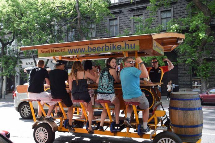 beer bike Budapest Hongrie Hungary