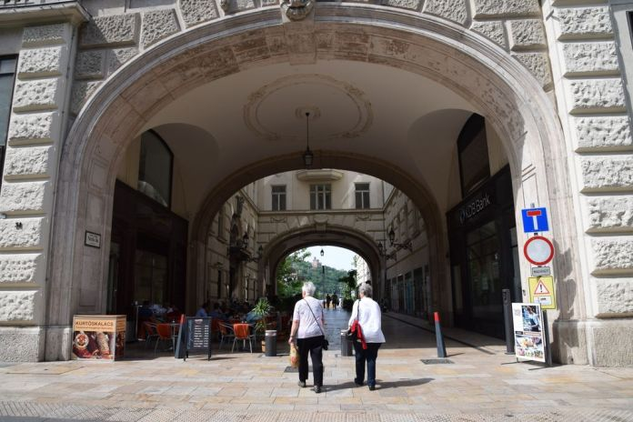 passage vaci Danube Budapest Hongrie Hungary