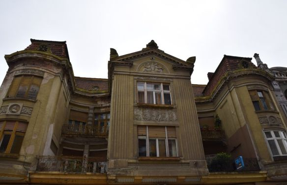 façade lignes droites et courbes Oradea Roumanie