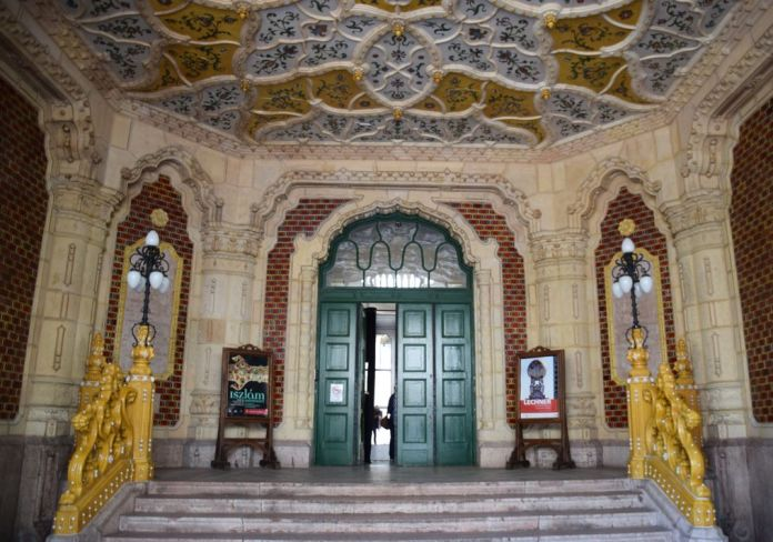 entrée musée des arts décoratifs Budapest Hongrie Hungary