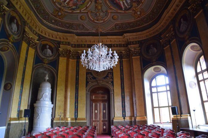 grande salle palais épiscopal Oradea Roumanie