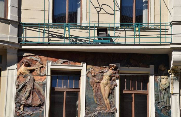 bas relief céramique Art nouveau assurances Praha Prague