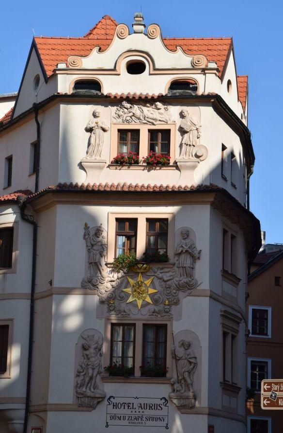 bâtiment décoré entre pont charles et place vieille ville Prague