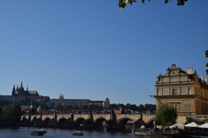 perspective Prague Pont charles Château