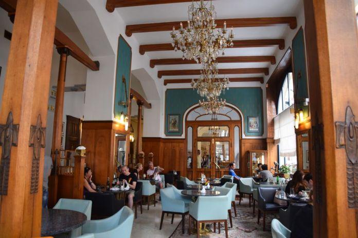 ambiance chaleureuse Café Pariz Prague