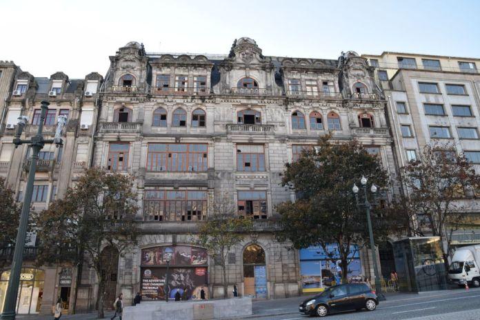 avenue dos aliados un immeuble qui fut majestueux à porto portugal