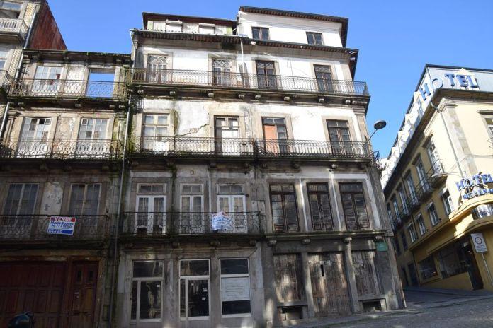 juste derrière la Banque du Portugal un ensemble de constructions en triste état à Porto Portugal