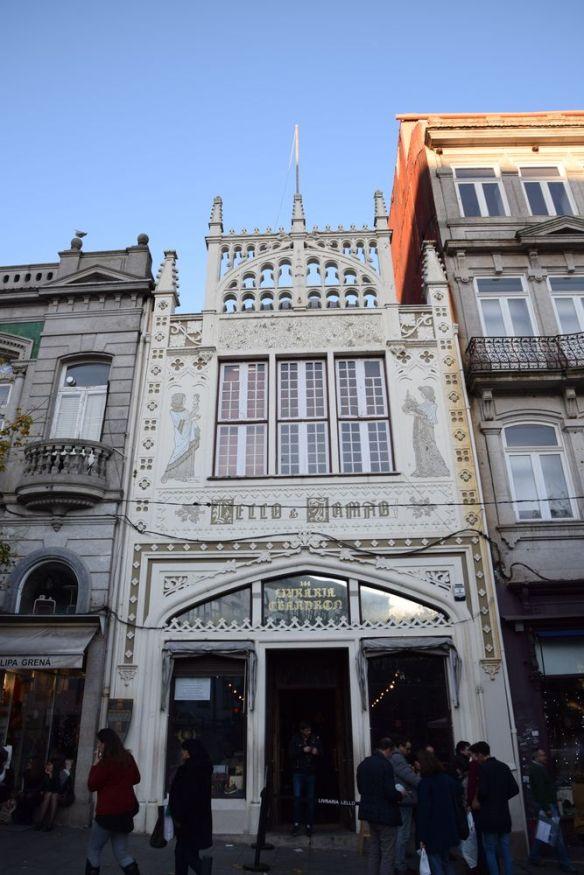 façade néogothique lello porto portugal