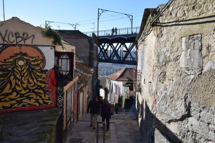 Ruelle sous le pont Luis à Porto, vue 1