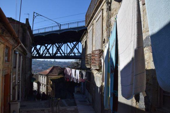 ruelle sous le pont Luis à porto portugal vue 2