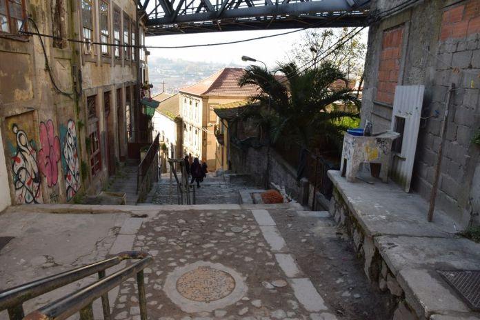 ruelle sous le pont Luis à Porto portugal vue 3