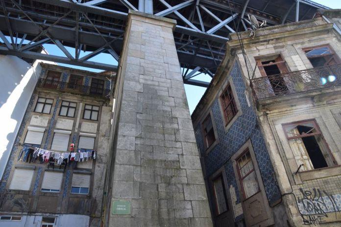 Ruelle sous le pont Luis I à porto portugal vue 5