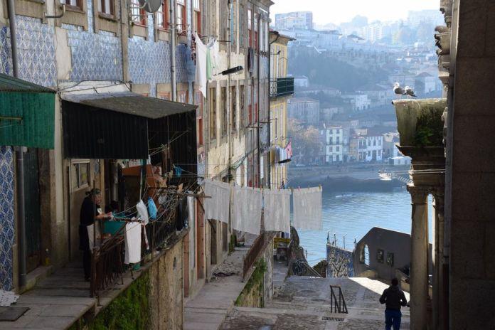 ruelle sous le pont Luis I à porto portugal vue 6