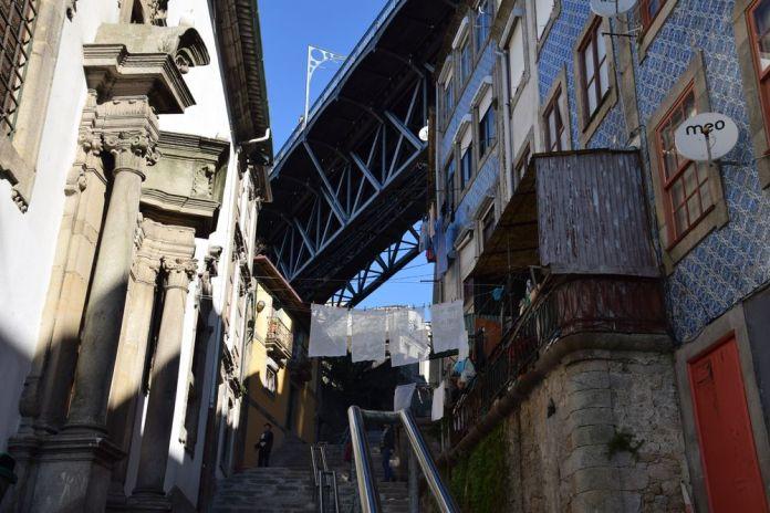ruelle sous le pont Luis I à Porto portugal vue 7