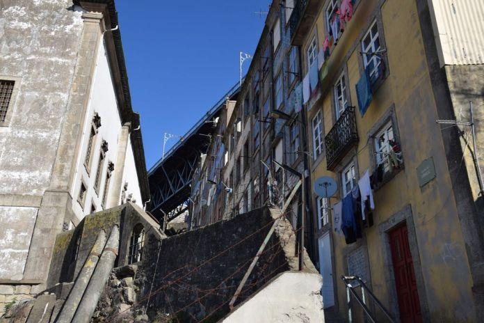 ruelle sous le pont Luis I à porto portugal vue 9