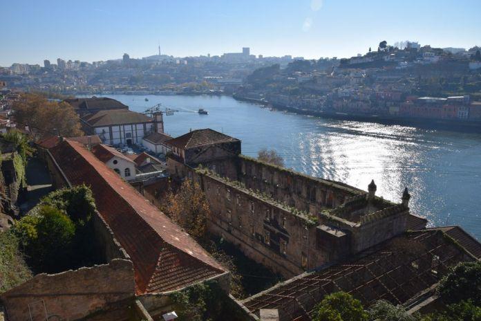 en prenant de la hauteur spectacle de désolation sur les quais de Porto Portugal