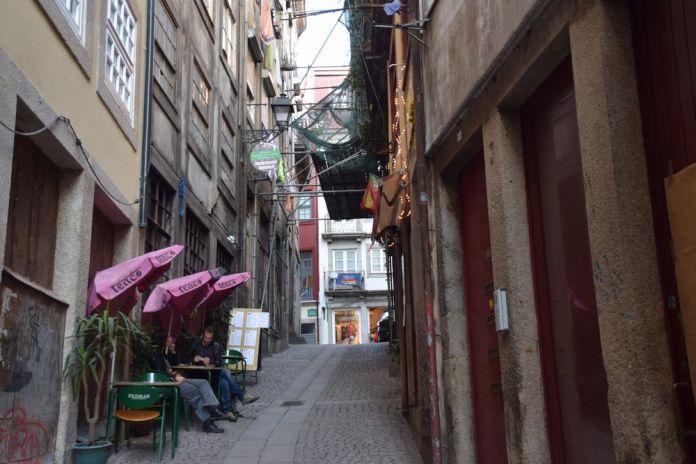 petite rue derrière la Ribeira porto portugal verso