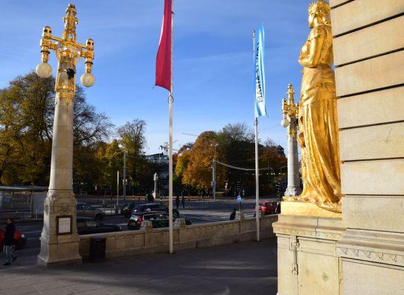 candélabres rehaussés d'or devant le théâtre royal dramatique de stockholm suède