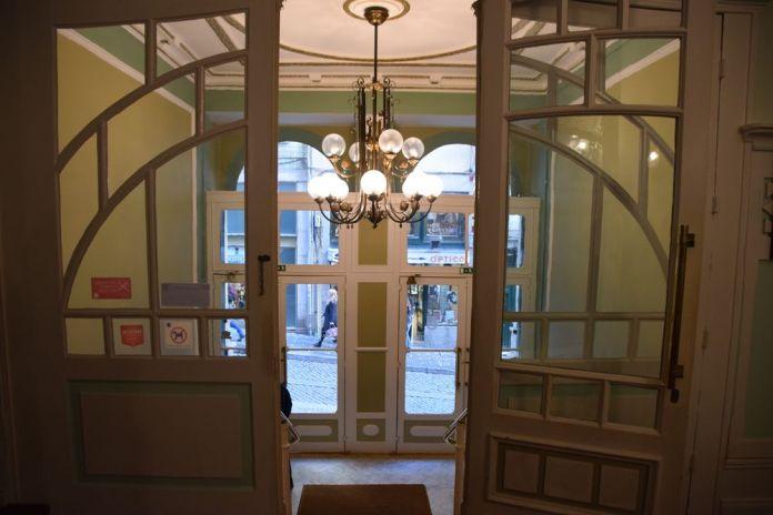 sas d'entrée du Grande Hotel de Porto depuis la réception