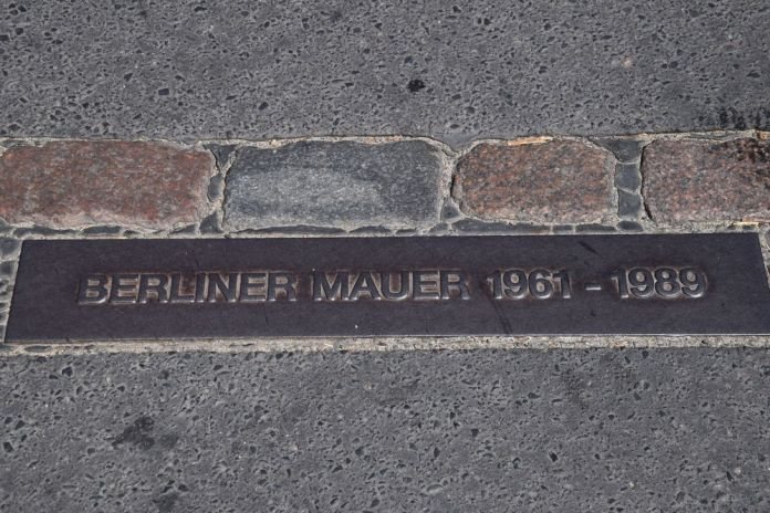plaque du mur de Berlin