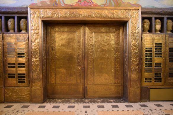 portes du crématoire la chaux de fonds cuivre repoussé suisse switzerland