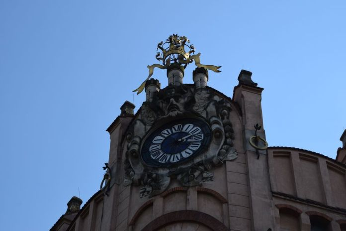 horloge académie du commerce