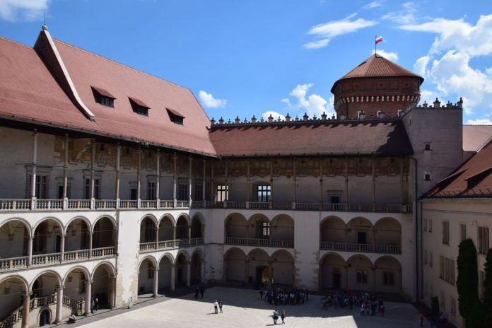 château royal cracovie protégé de l'extérieur