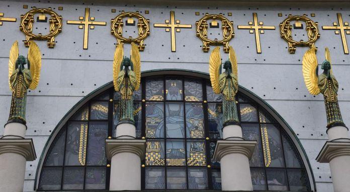 anges surveillent entrée de l'église du Steinhof vienne