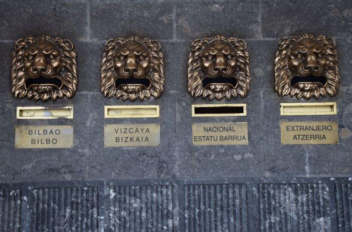 sous auvent rangée de lions poste de Bilbao