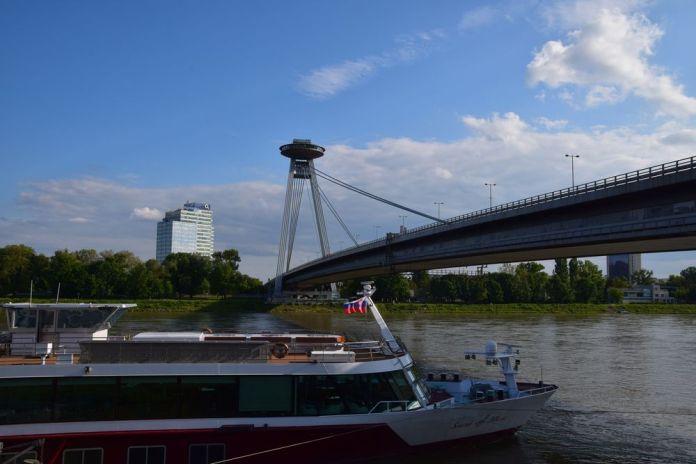 pont snp enjambe Danube à Bratislava