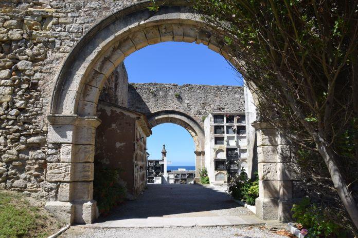 construit sur les décombres d'une ancienne église cimetière de comillas